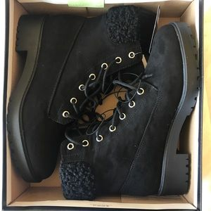 Black Comat boots with fur at top